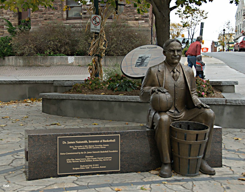La statua commemorativa di james Naismith a Ottawa