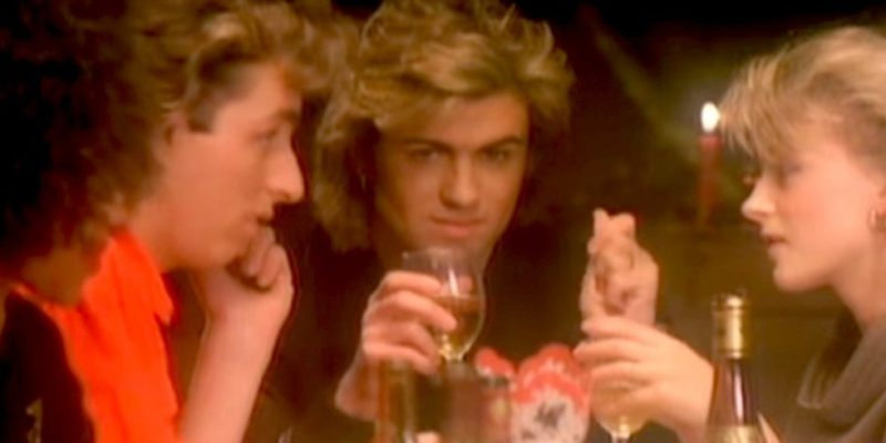 George Michael in una scena del video musicale girato per la canzone Last Christmas