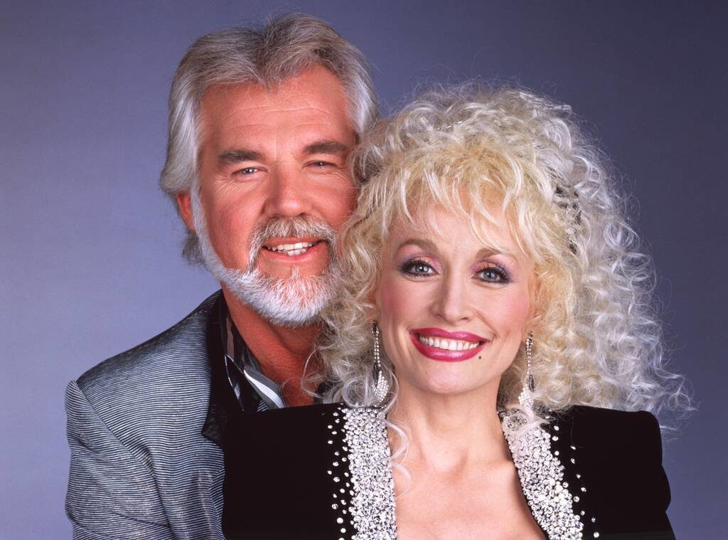 Kenny Rogers ritratto insieme a Dolly Parton